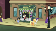 Rarity and Applejack leave newspaper stand in defeat S5E16