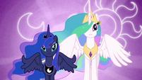 S03E01 Luna i Celestia na tle swoich znaczków