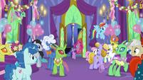 Twilight Sparkle enters the throne room S7E1