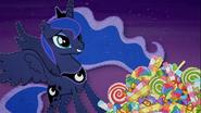 MAFH 07 Księżniczka Luna wzruszona 'prezentem' od źrebaków