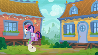 Rainbow Stars answers the door S9E5