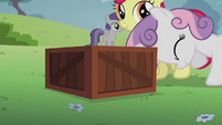 Sweetie Belle pushes a box S5E18