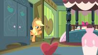 Applejack at the door S4E17