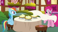 Pinkie presents RD with lemon meringue pies S7E23
