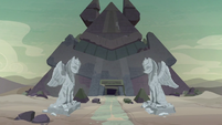 Exterior shot of the sphinx's pyramid S7E25