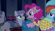 Pinkie Pie hablándole a Maud emocionada T5E7