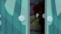 Sunburst's silhouette in the door S6E1