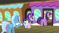 Twilight Sparkle boards the train S7E2