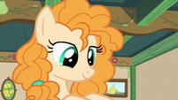 Pear Butter smiling at Bright Mac's letter S7E13