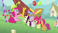 Pinkie presents a balloon giraffe S5E19