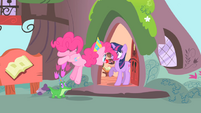 Pinkie singing to Twilight S1E25