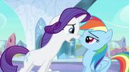 S03E01 Rarity tłumaczy Rainbow Dash jak tak może oczerniać piękny zamek