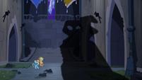 Sombra aparece em frente de Rainbow Dash e Applejack T4E03