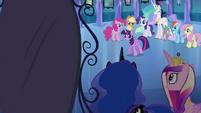 Twilight trotando em direção ao espelho EG