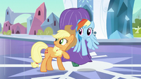 Applejack checking if anyone is near S3E2