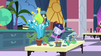 Filly Twilight doing chemistry by herself S7E1