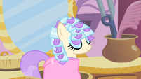 Frou Frou getting her mane done S1E18