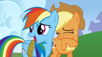 Rainbow Applejack chuckling2 S01E13