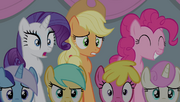 Rarity e Applejack chocadas, Pinkie encantada T4E24
