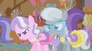 S01E12 Diamond Tiara i Silver Spoon naśmiewają się z Apple Bloom