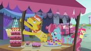 S04E23 Państwo Cake przy straganie