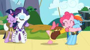 Twilight, Rarity, Pinkie e Rainbow cantando T2E11