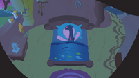 Twilight buries face in pillow S1E09