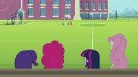 Applejack e Rainbow Dash discutindo ao fundo EG