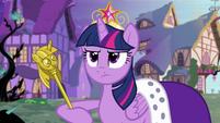 S04E02 Twilight w płaszczu królewskim trzymająca złote berło
