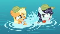 Applejack y RaRa jugando con el agua S5E24