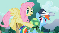 S02E07 Fluttershy przytula Tanka do Rainbow