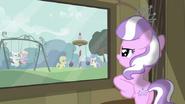 S02E23 Diamond Tiara patrzy przez okno na plac zabaw