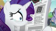 S07E14 Załamana Rarity schowana za gazetą