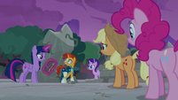 Twilight's friends listening to Sunburst S7E25