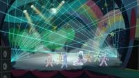 Coloratura y los bailarines haciendo su coreografia 7 S5E24
