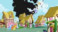Los pegaso y los ponis de tierra mirando el humo S1E7