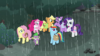 Mane Seven sheltering from the rain S8E25