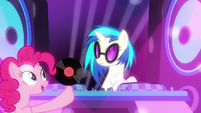 Pinkie Pie gives record to DJ Pon-3 S6E9