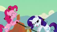 S02E14 Pinkie Pie i Rarity jadą wózkiem