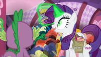 S04E23 Zielonooka Rarity pokazuje Spike'owi nowe ubrania