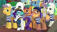 S06E22 Marynarze pomagający Rarity nieść bagaże