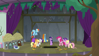 Mane ponies see balloon fall down trapdoor S8E7