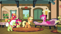 Pinkie Pie talking with Apple family S4E09