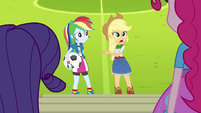 Rainbow e Applejack explicando EG