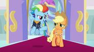S9E26 Starsze Rainbow Dash i Applejack wchodzą do sali tronowej