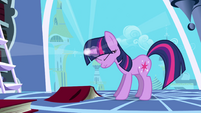 Twilight Sparkle using her magic S01E01
