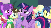 Twilight surrounded by Canterlot ponies S4E1
