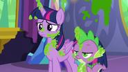 S07E03 Spike i Twilight ubrudzeni groszkiem