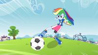 Rainbow Dash prestes a chutar a bola de futebol EG