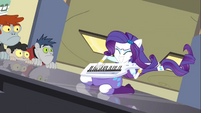 Rarity entrando en un piano 3